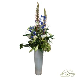 Afbeelding van Bloemstuk Delphinium op vaas